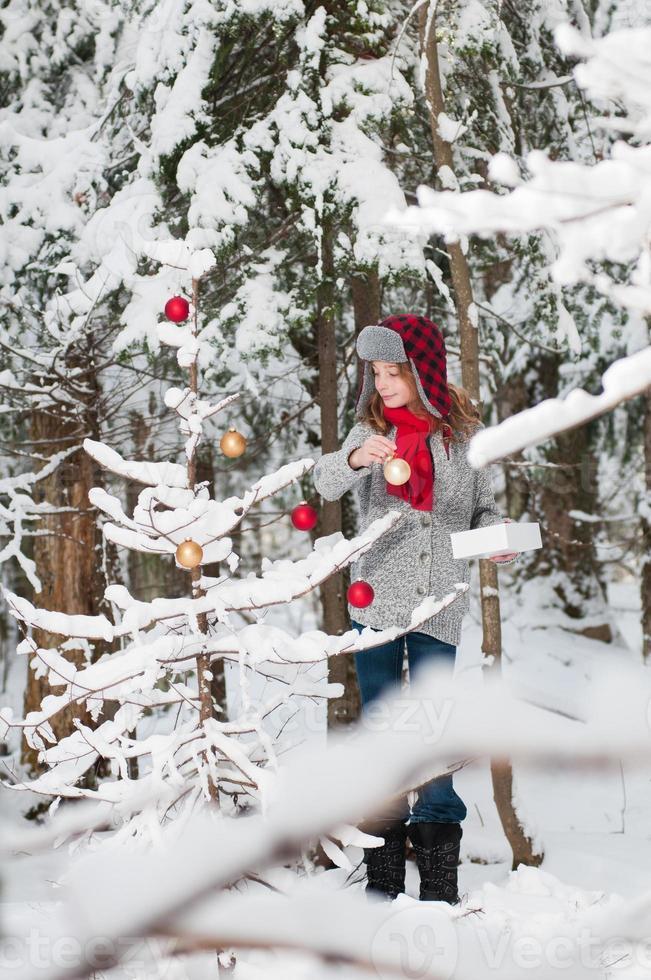 décorer un arbre de Noël photo