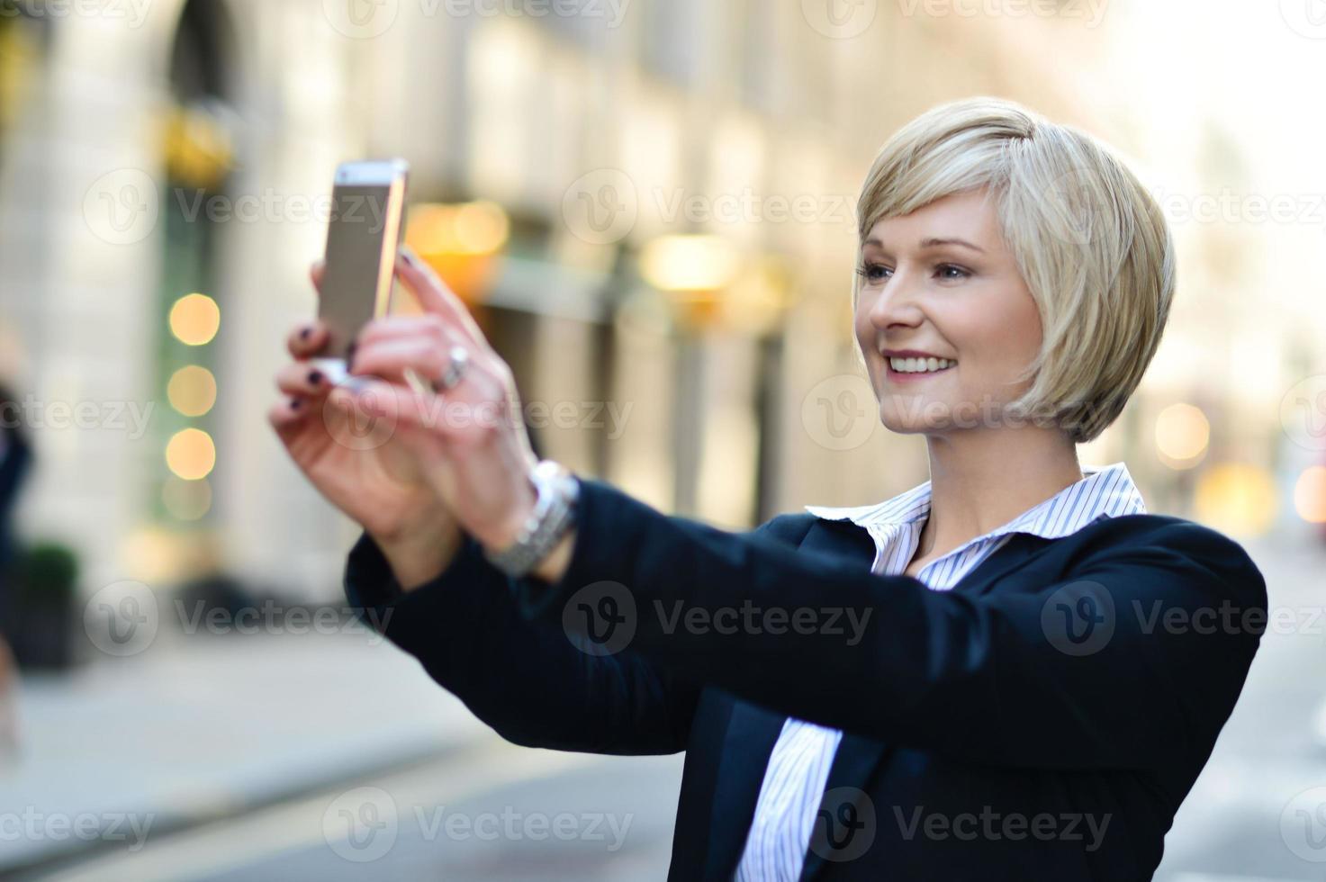 jolie pose capturant un self shot photo