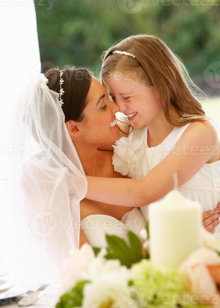 mariée avec demoiselle d'honneur en chapiteau à la réception photo