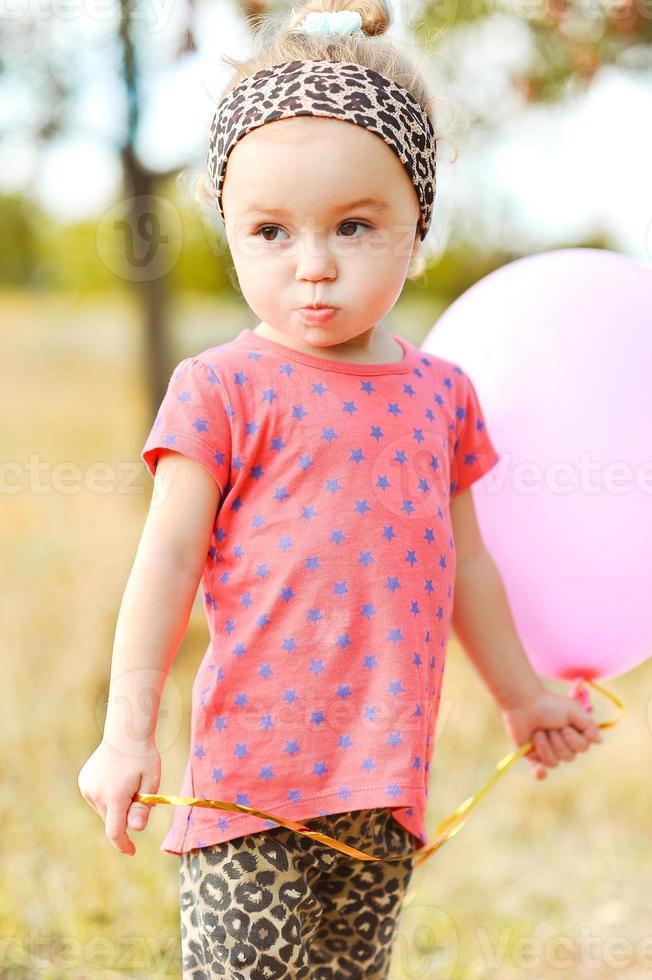 douce petite fille avec ballon à l'extérieur photo