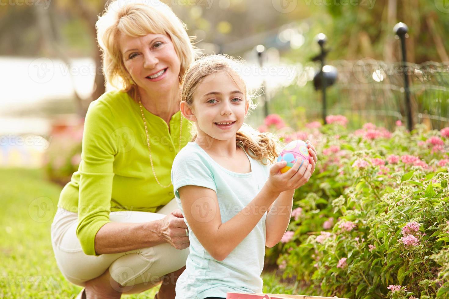 grand-mère, petite-fille, pâques, oeuf, chasse, jardin photo