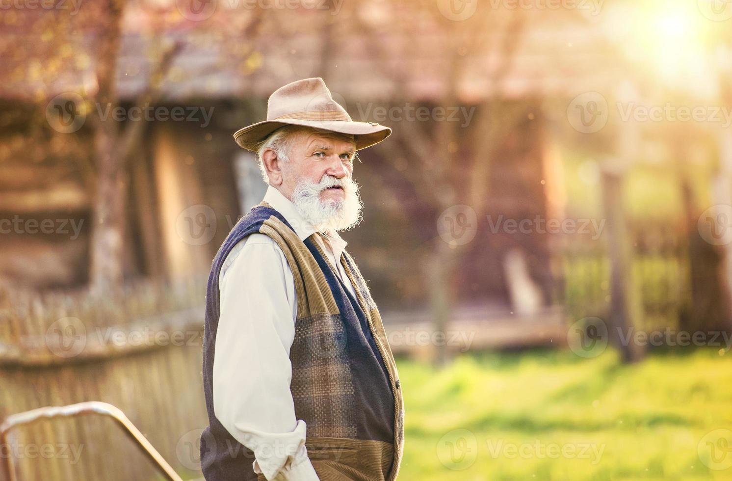 agriculteur à l'extérieur dans la nature photo