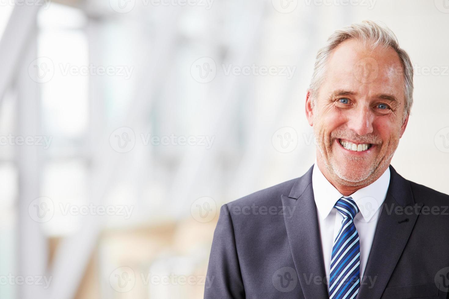 portrait tête et épaules de souriant homme d'affaires senior photo