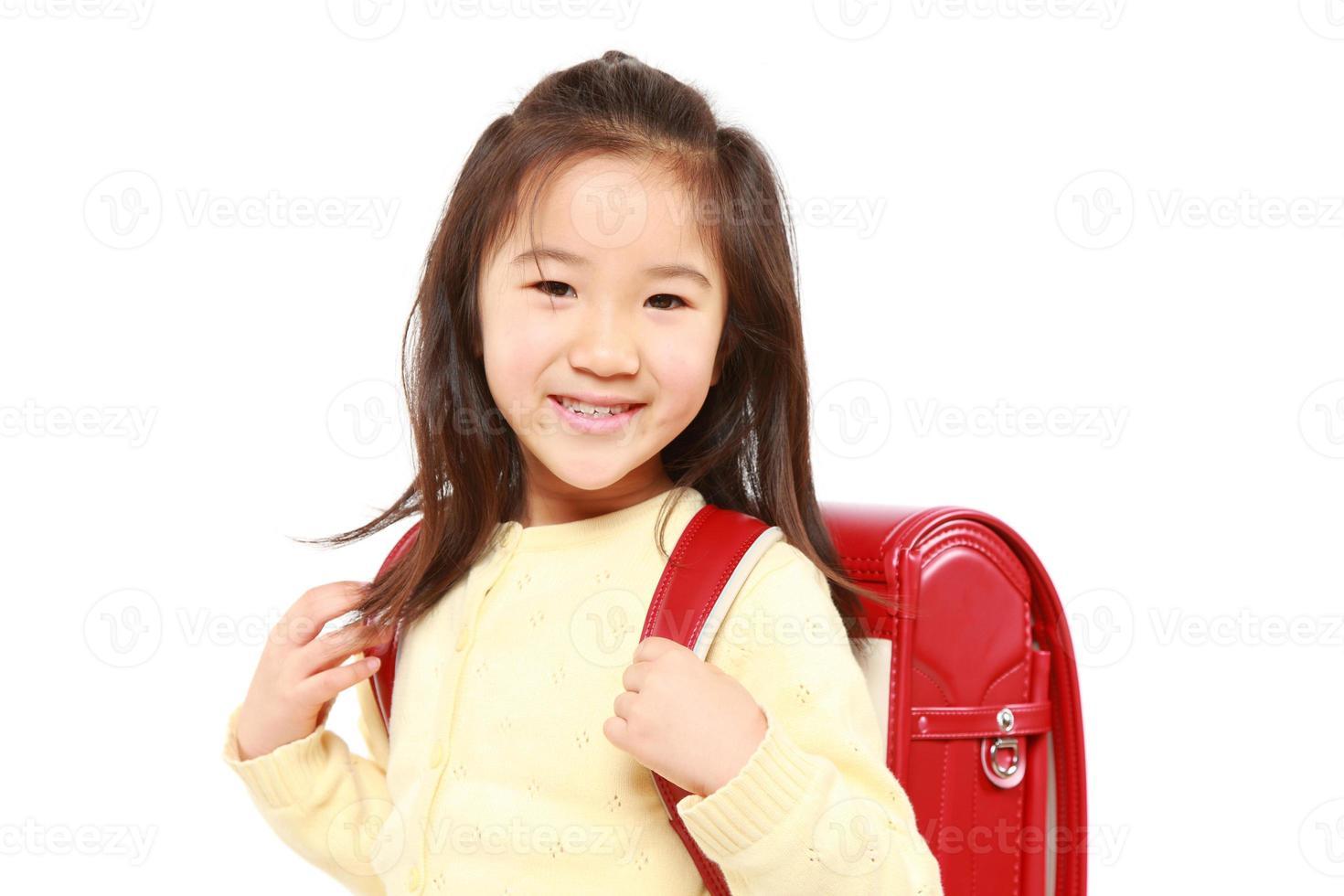écolière japonaise avec des cartables rouges sourit photo