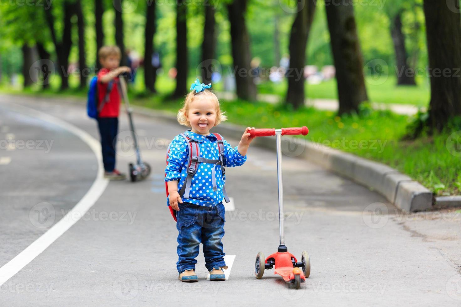 deux enfants, garçon fille, équitation, scooters, dans ville photo