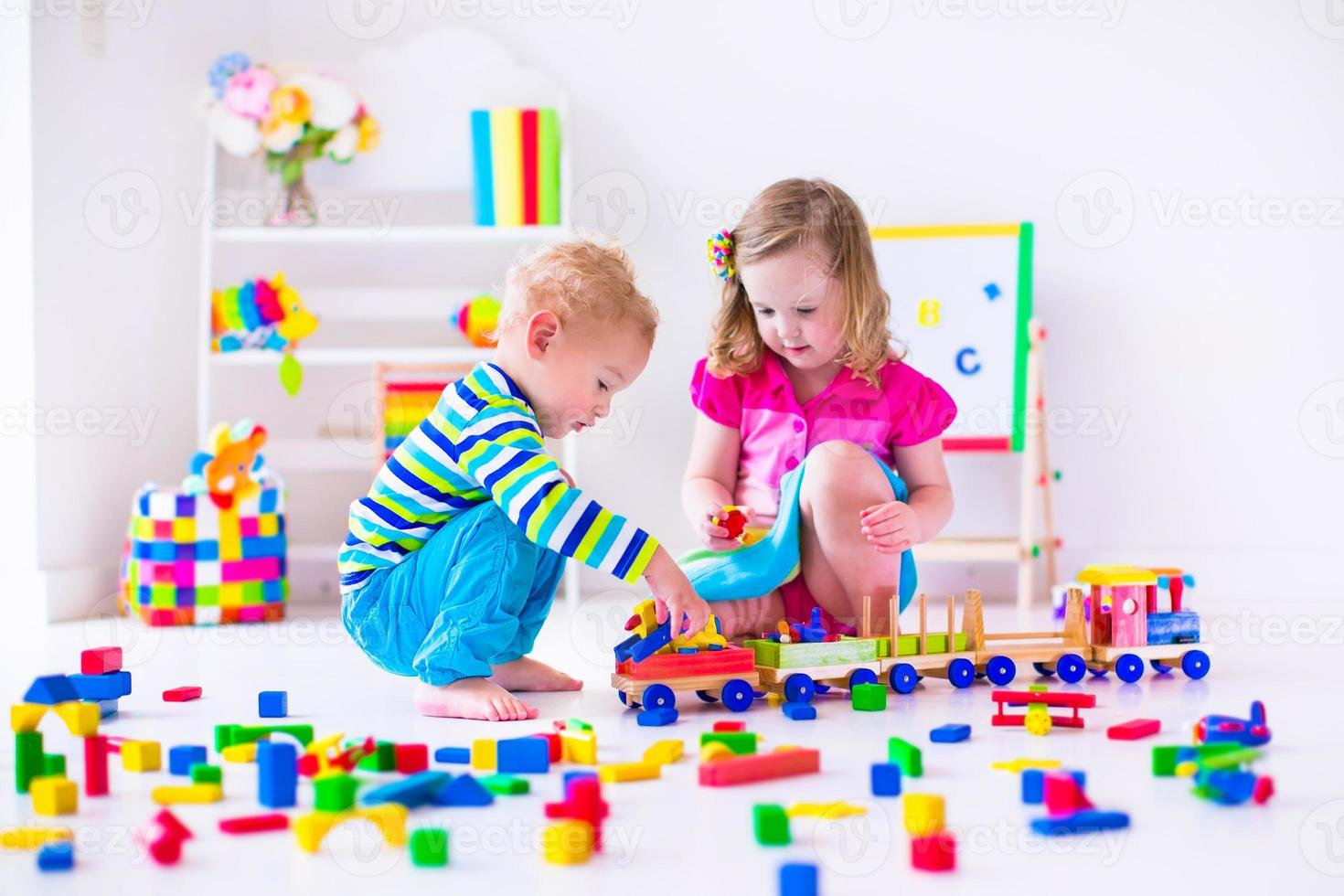 beaux enfants jouant à la garderie photo