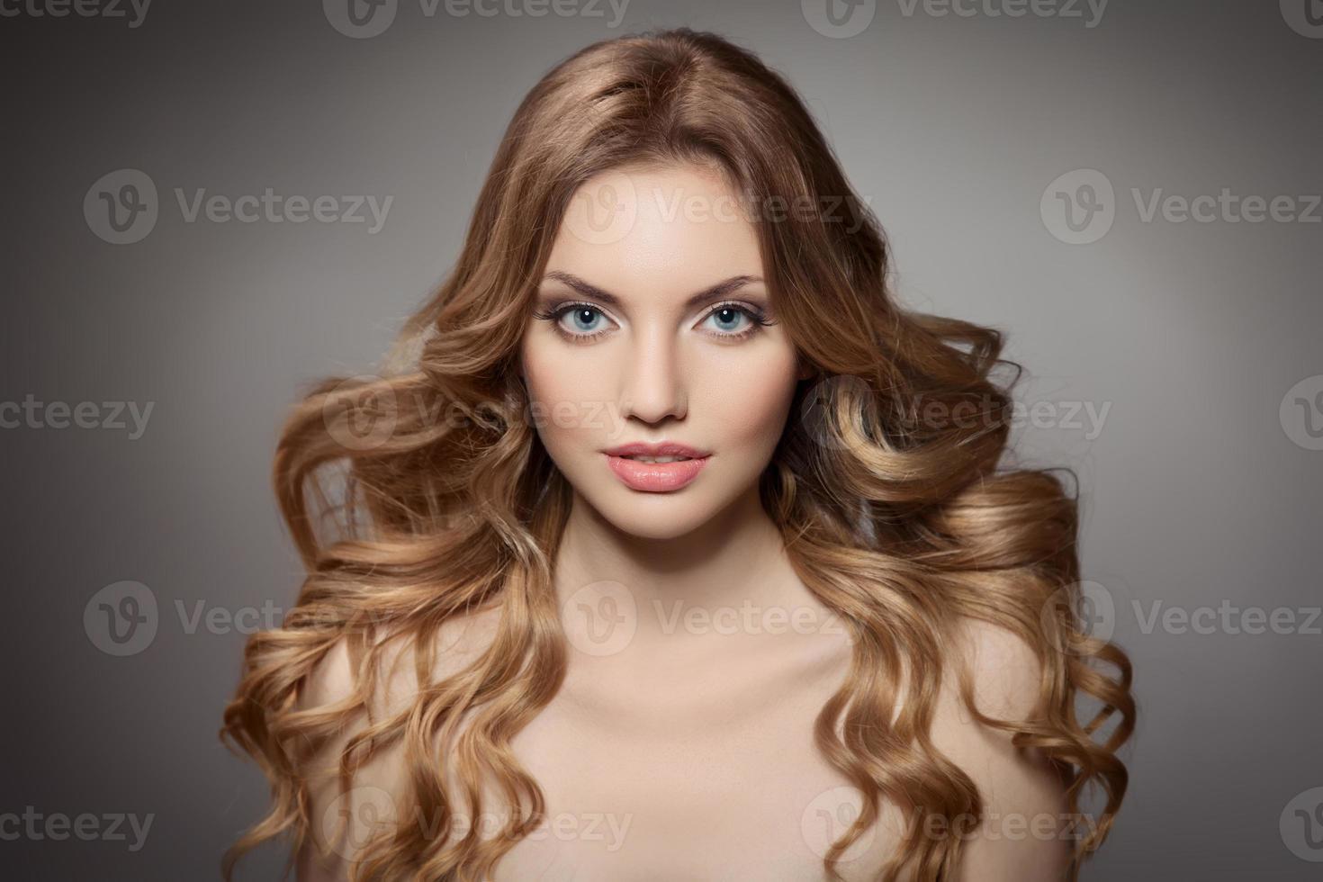 portrait de la beauté. cheveux longs bouclés photo