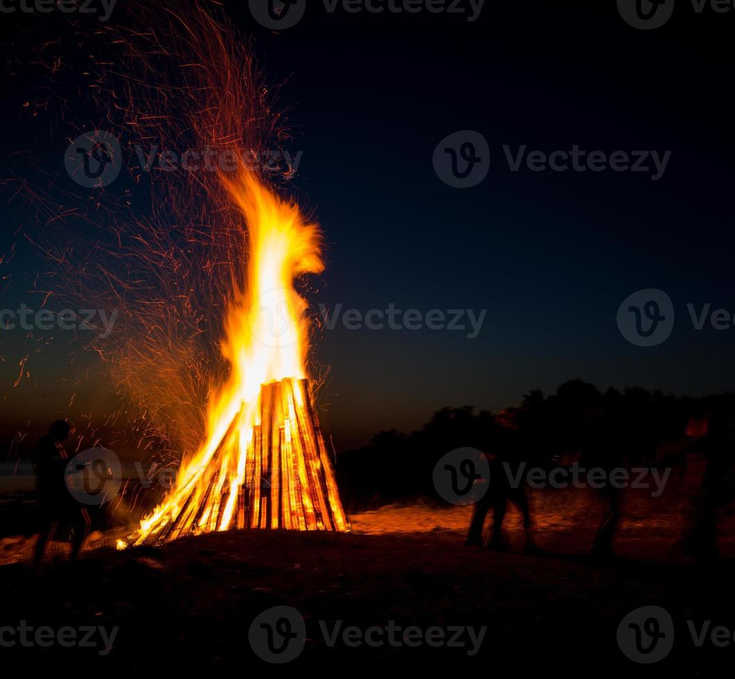 gens, reposer, grand, feu de joie, extérieur photo