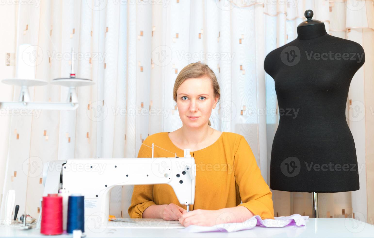 femme travaillant sur machine à coudre dans l'usine. photo