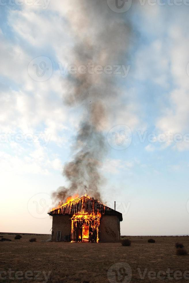 le feu dans une maison abandonnée photo