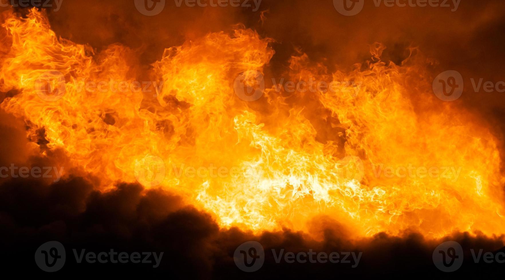 brûler la flamme du feu sur le toit de la maison en bois photo