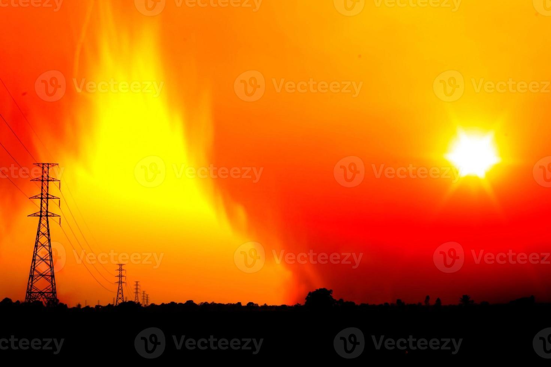 poteau haute tension avec une flamme brûlant photo