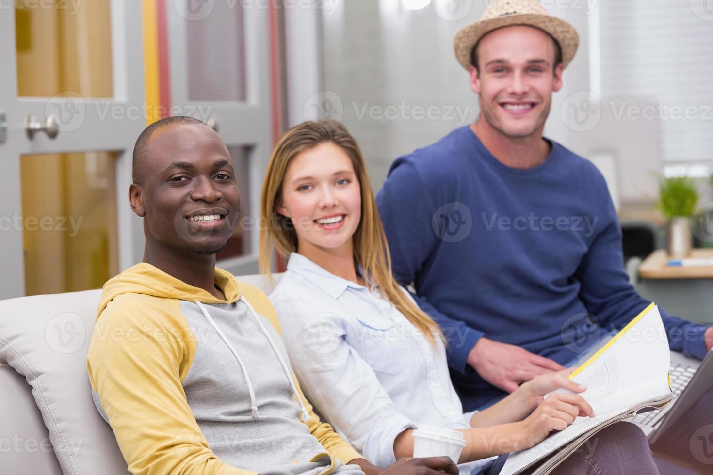 gens d'affaires décontractés assis sur le canapé photo
