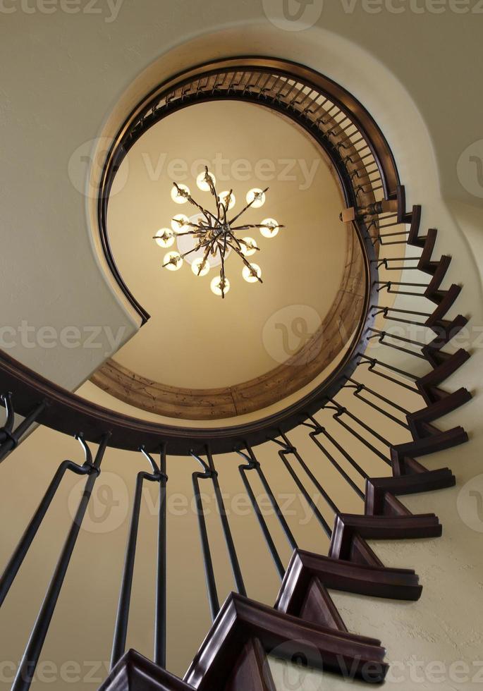 vue vers le ciel d'un escalier en colimaçon et lustre photo