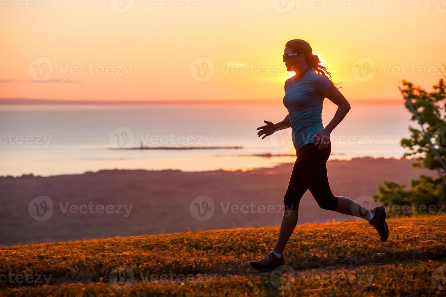 sentier de femme seule courir près d'un plan d'eau photo