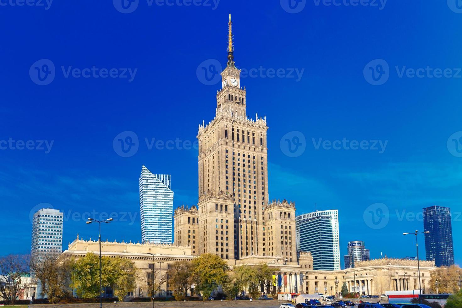 Palais de la culture et des sciences dans le centre-ville de Varsovie, Pologne. photo