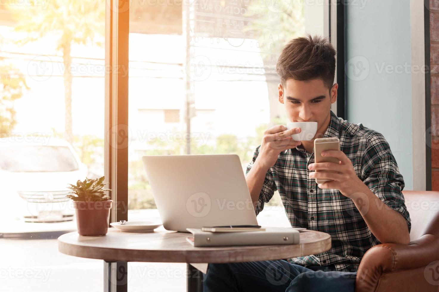 homme affaires, portable utilisation, à, tablette, et, stylo, sur, table bois photo