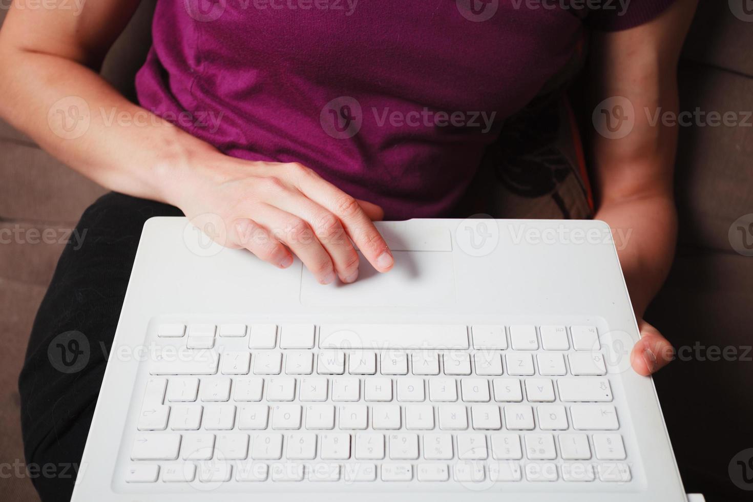 jeune femme à l'aide d'un ordinateur portable photo