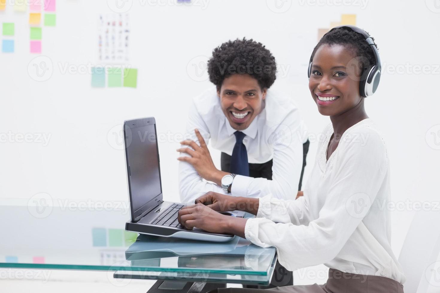 sourire, collègues affaires, portable utilisation photo