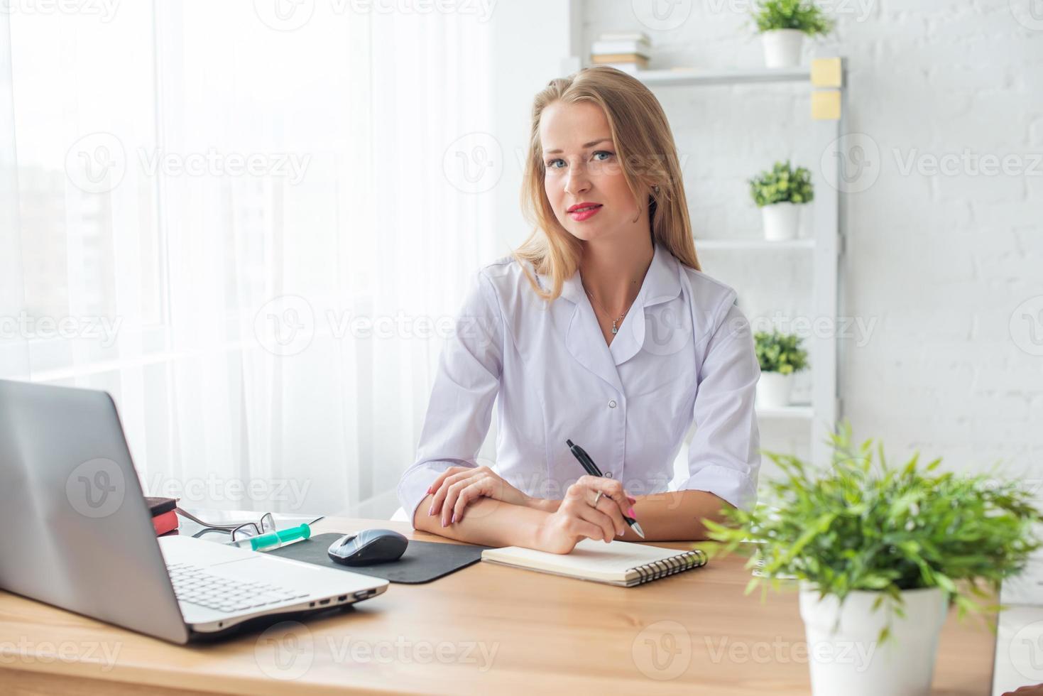portrait, de, médecin, travailler, dans, elle, bureau, séance, lieu travail photo