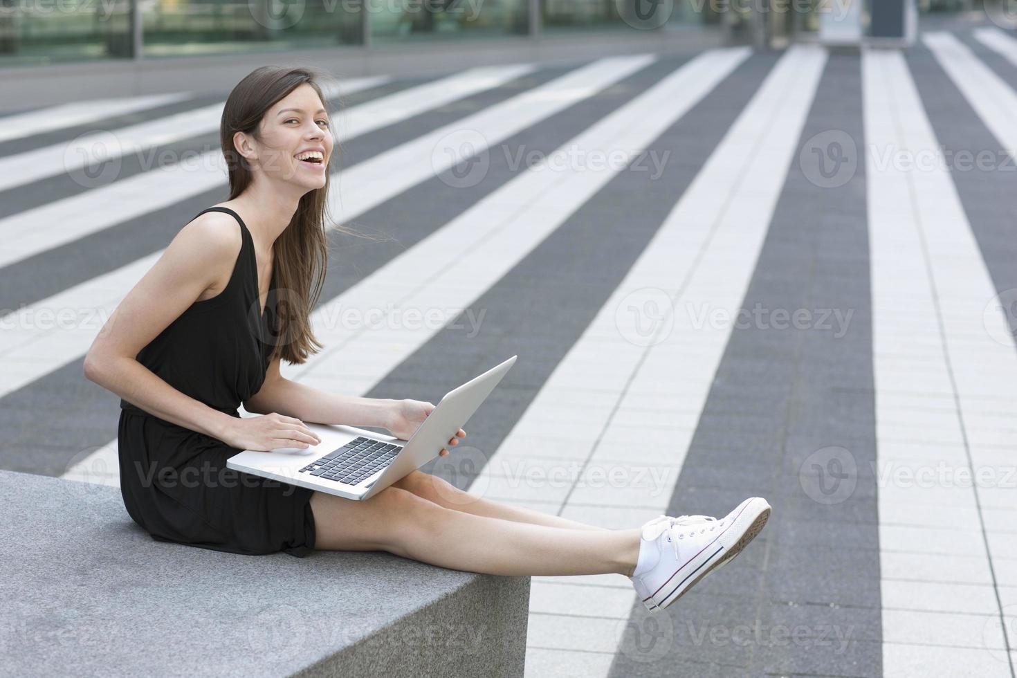 femme souriante, utilisation, ordinateur portable, dehors photo