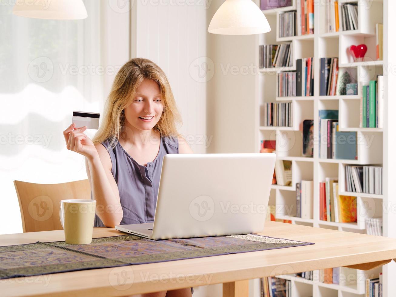 magasiner en ligne avec une carte de crédit photo