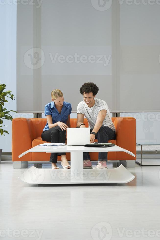 couple, utilisation, ordinateur portable, orange, sofa, bureau photo