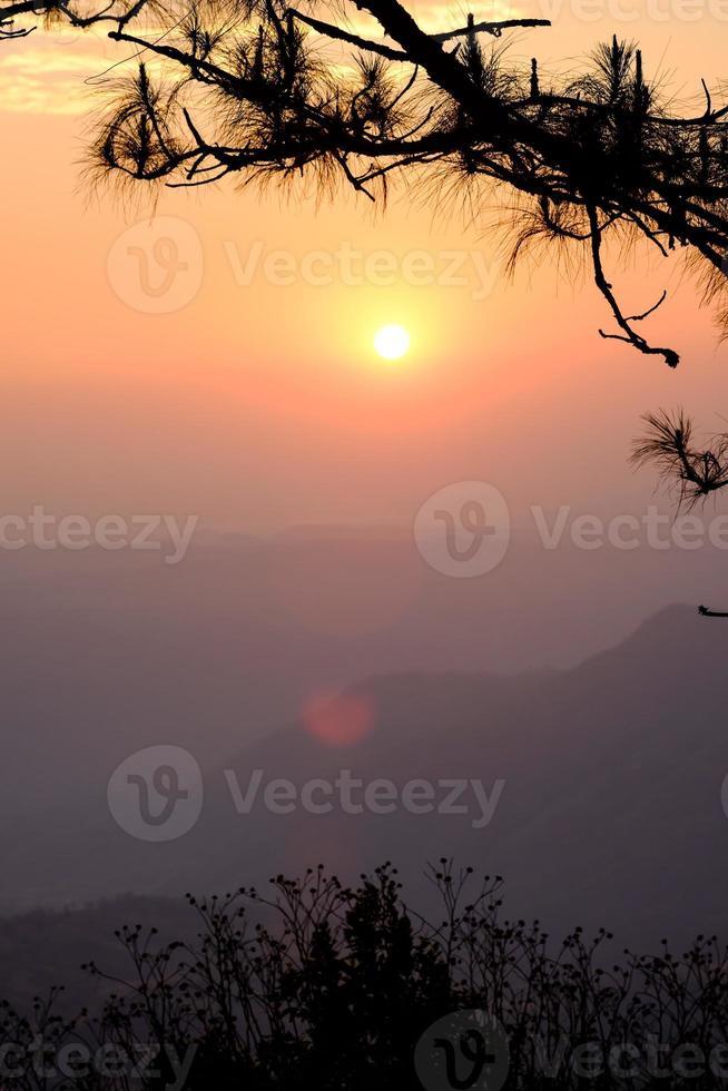 belle vue du lever du soleil du paysage de montagne à phu rua photo