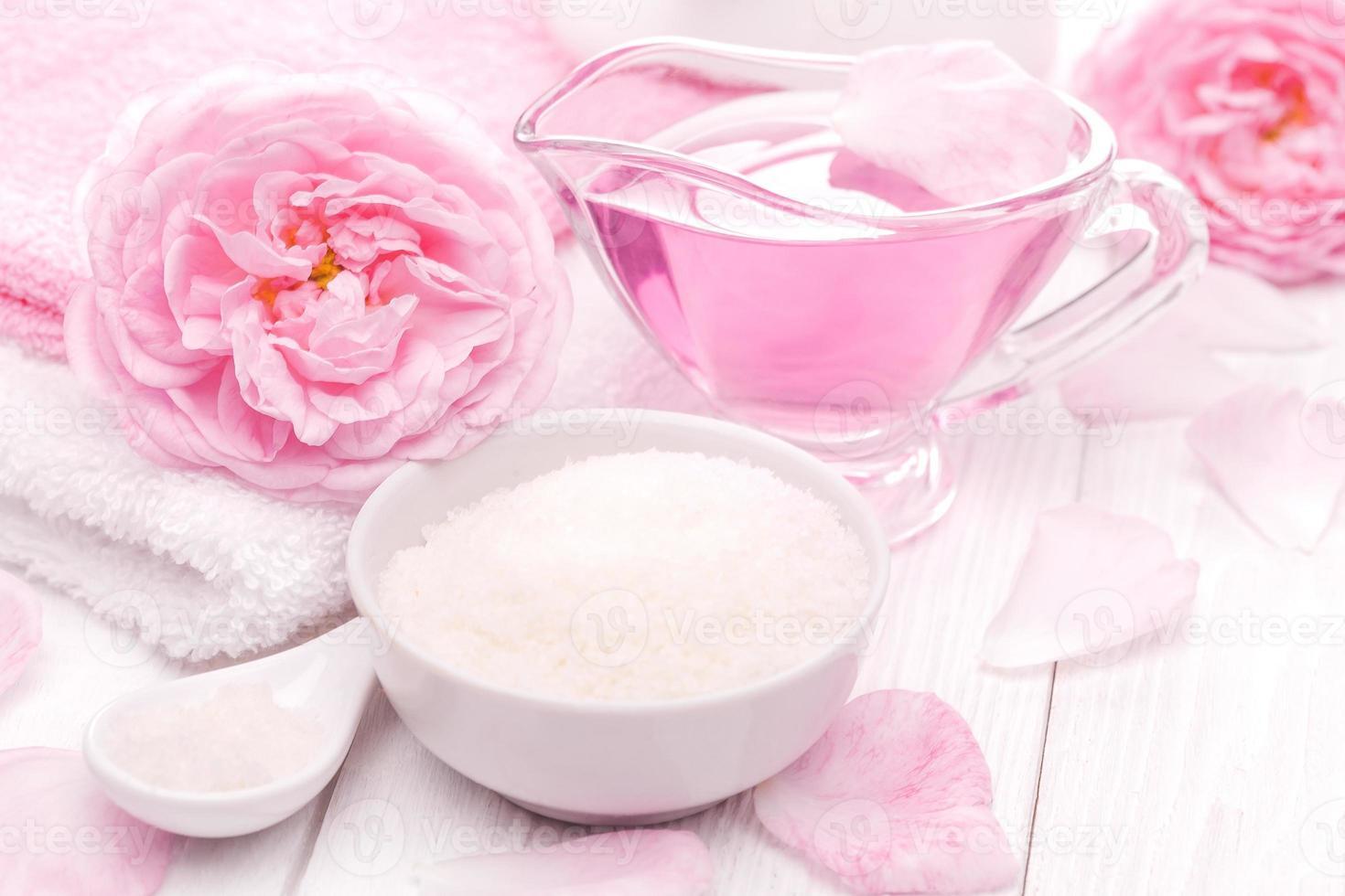 sel de mer et huiles essentielles, thé rose fleur de rose. spa photo