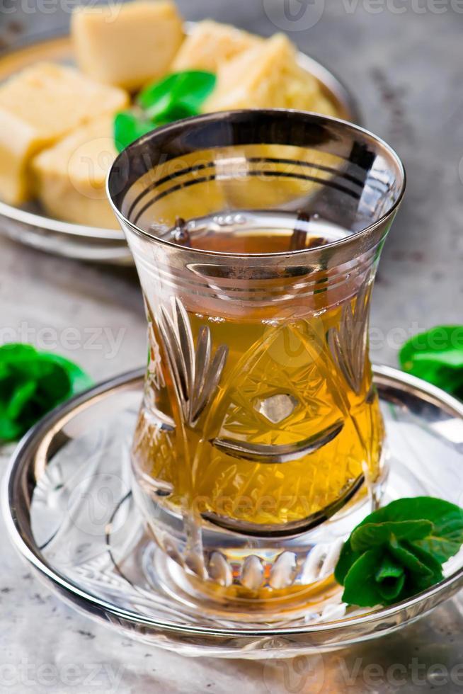 thé à la menthe dans une tasse en verre turc traditionnelle photo