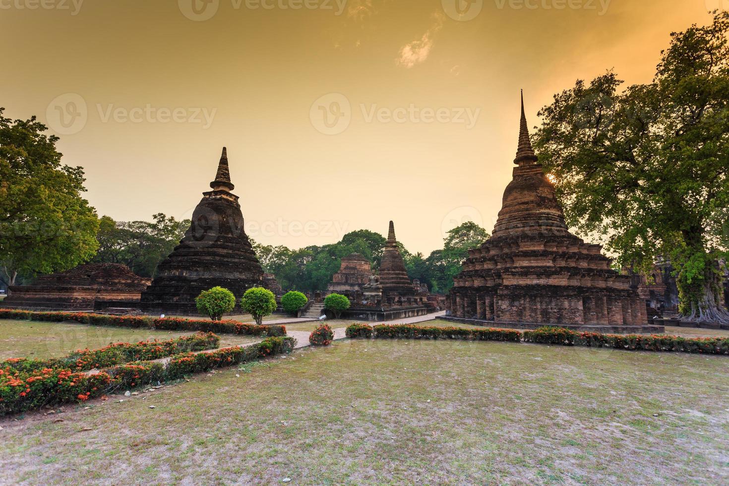 Parc historique de Sukhothai la vieille ville de Thaïlande au coucher du soleil photo
