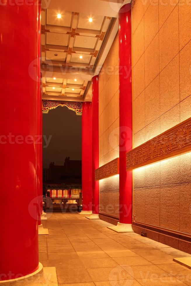 architecture traditionnelle du palais chinois dans la nuit photo