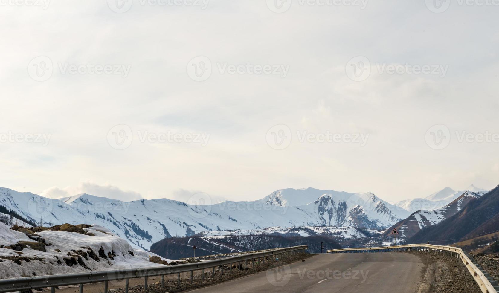 montagnes du Caucase et nuages incroyables photo