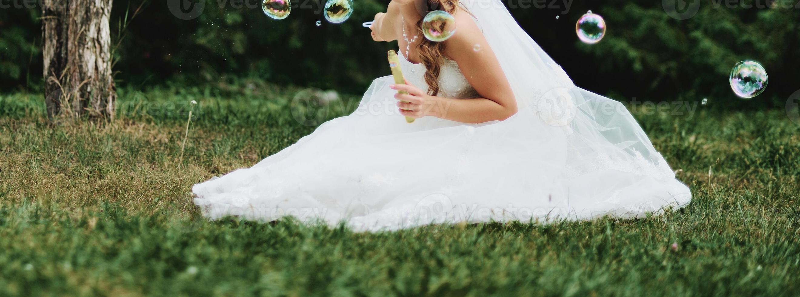 belle mariée caucasienne le jour du mariage. photo