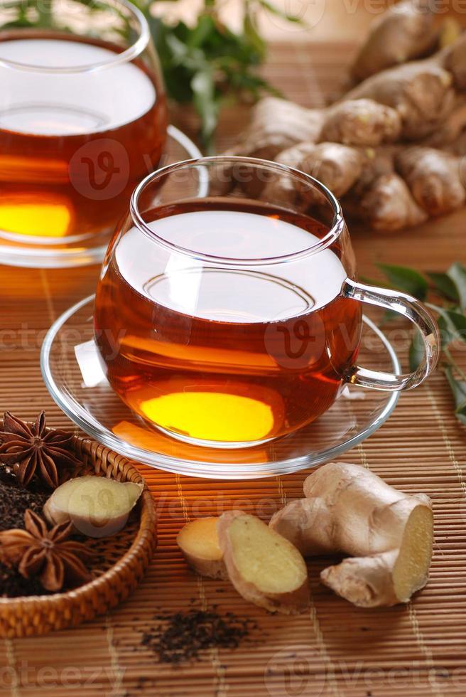 thé au gingembre dans une tasse en verre photo