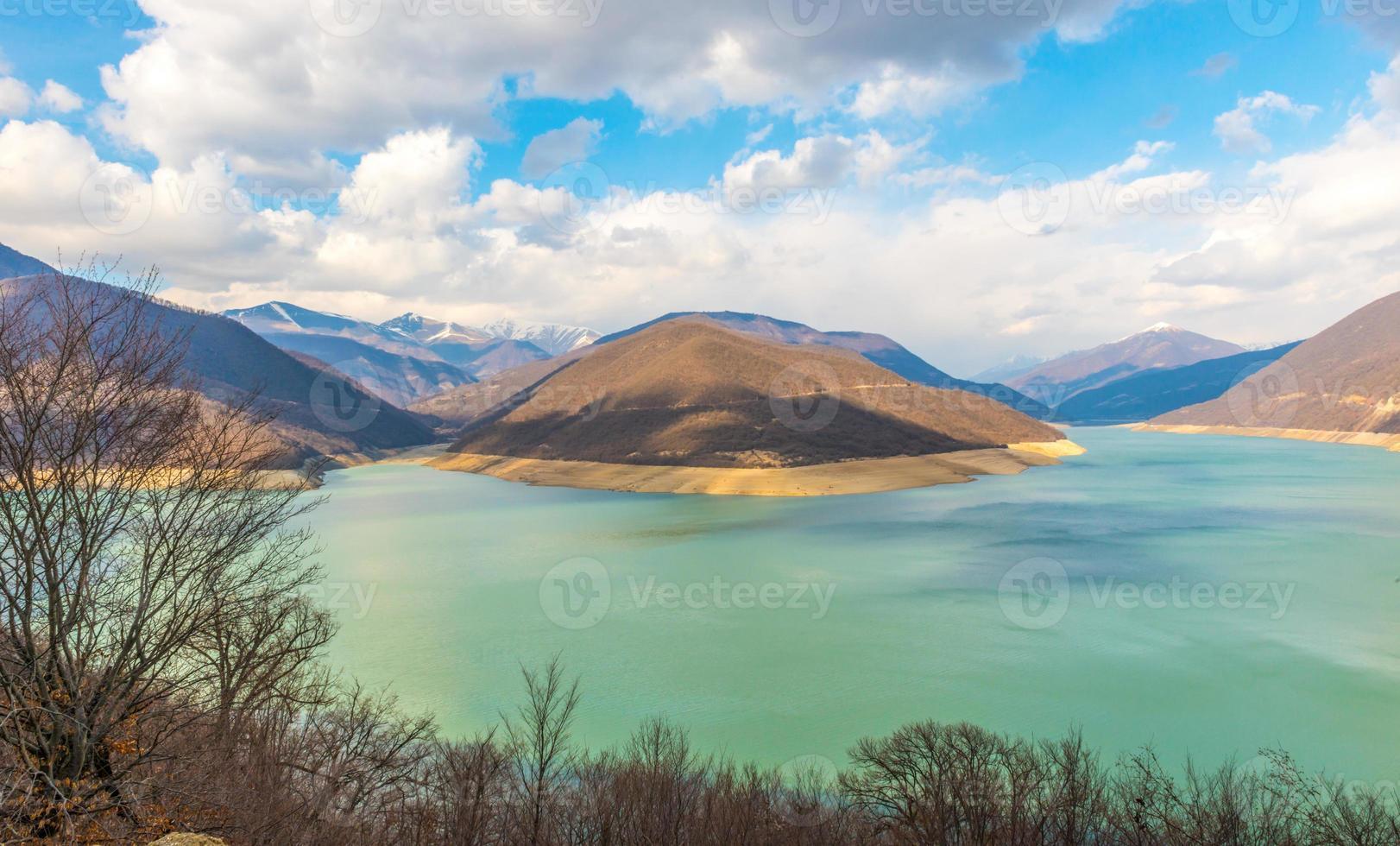 montagnes du Caucase près du lac vert et des nuages incroyables photo
