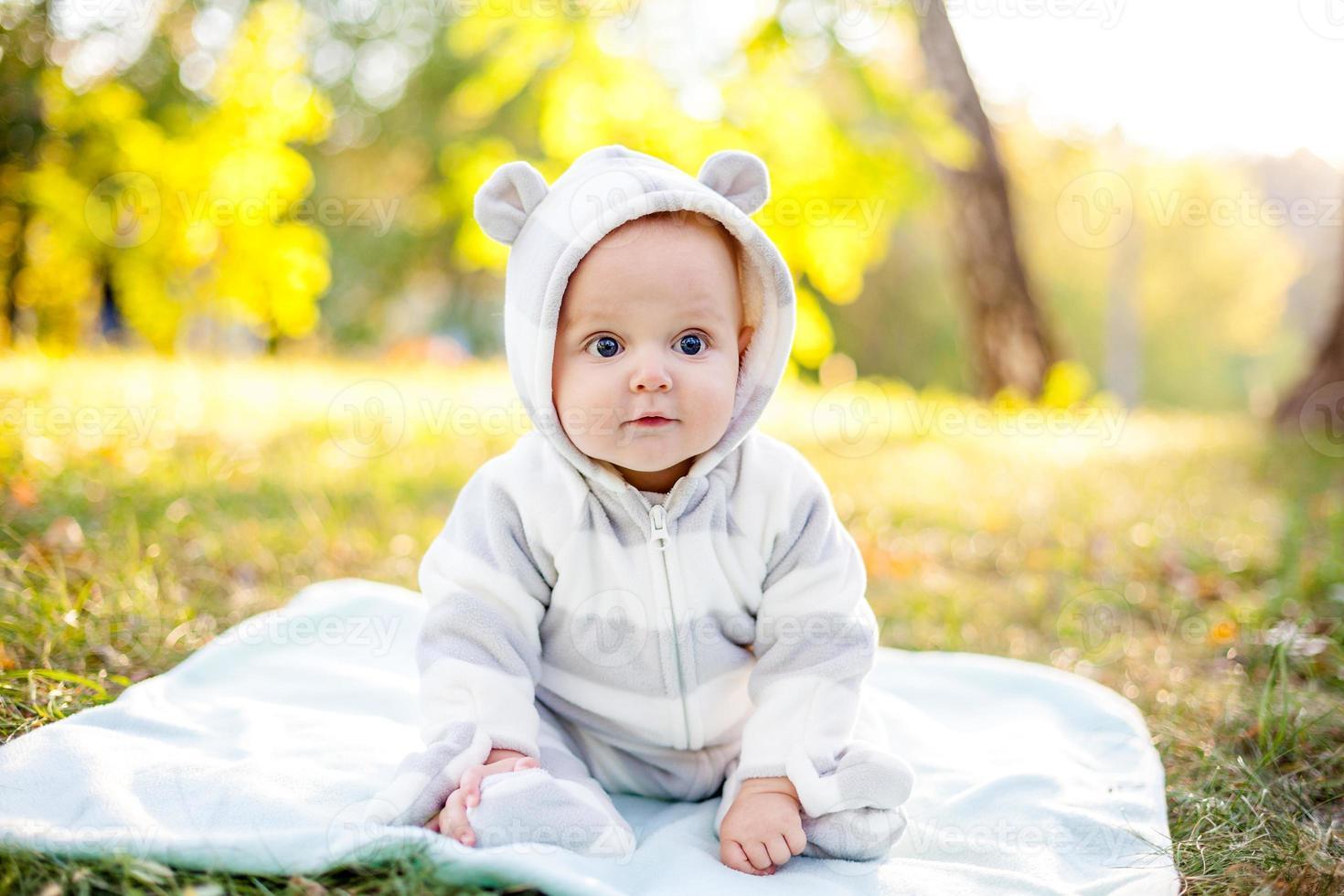 mignon, caucasien, petit garçon, dans parc, regarde, appareil-photo photo