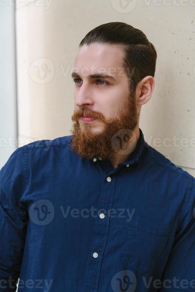 hipster barbu dans la ville photo