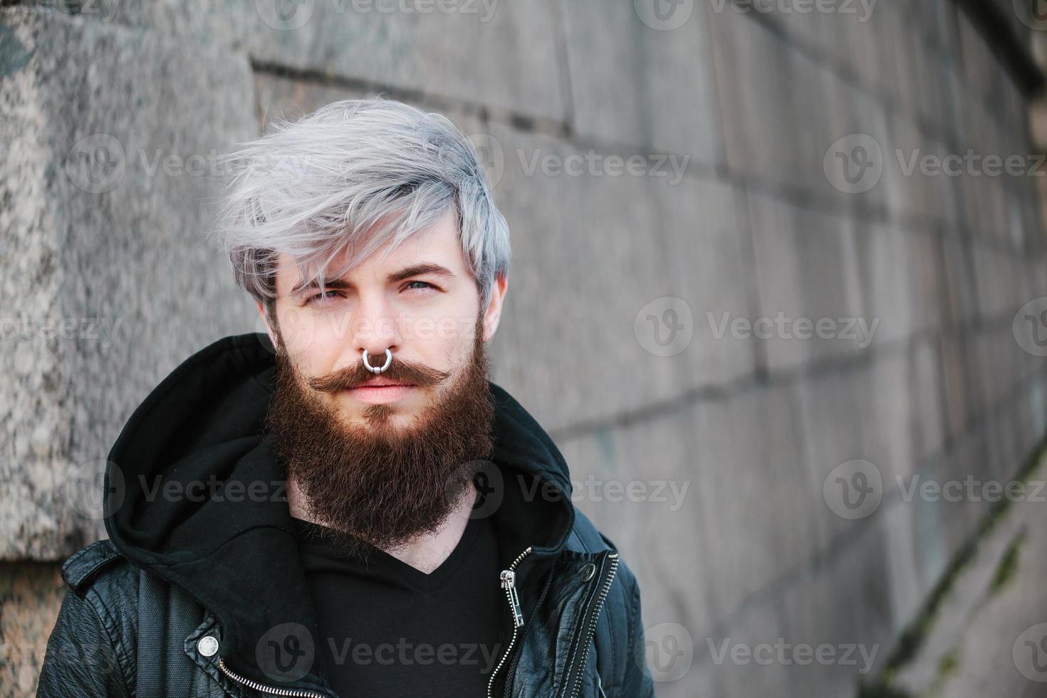 hipster barbu avec anneau dans la veste en cuir photo