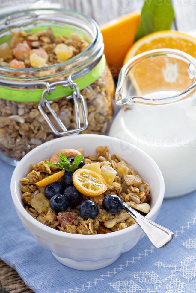 granola fait maison dans un bol photo