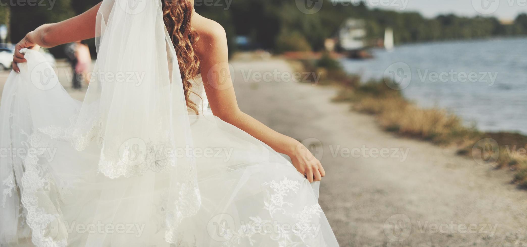heureux, jeune marié, jeune, caucasien, couple photo