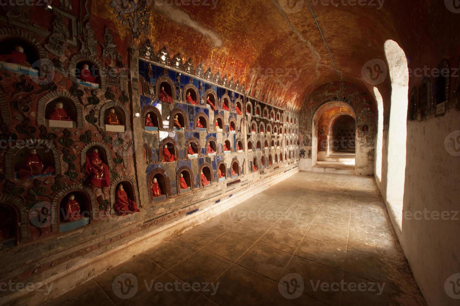 Bouddha dans l'alcôve la pagode murale du temple, myanmar. photo