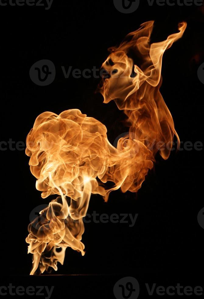 feu isolé sur noir photo