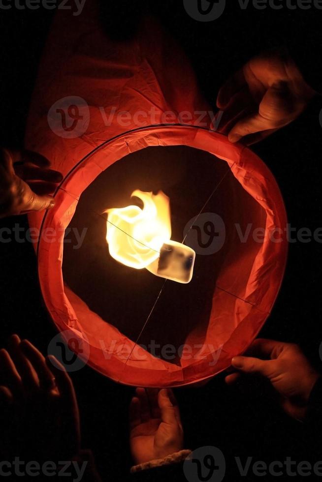 le papier lance une torche enflammée dans le ciel photo