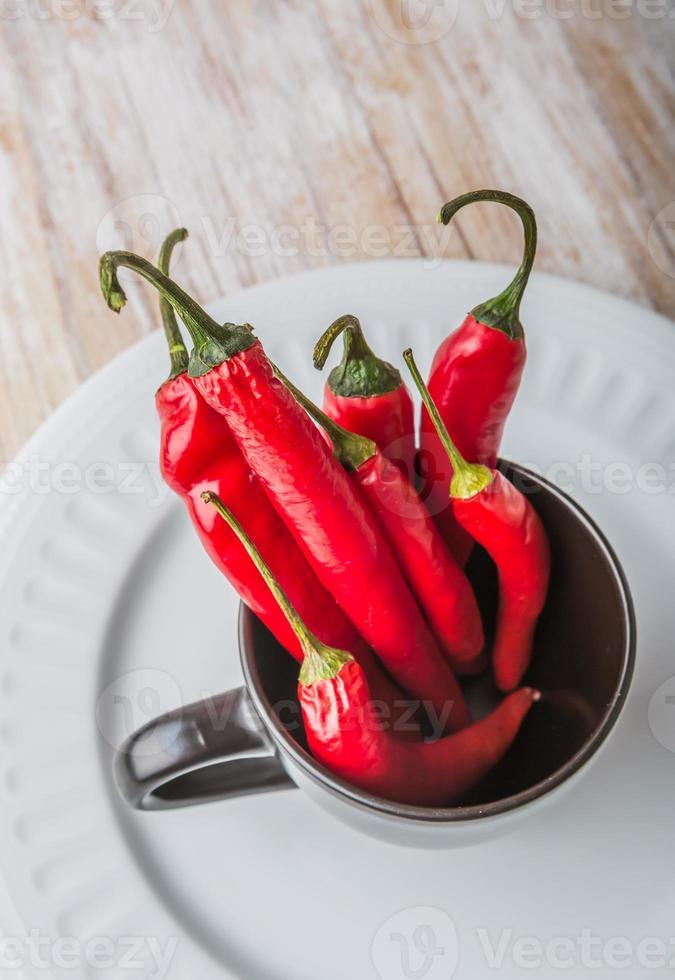 piments rouges dans une tasse noire photo