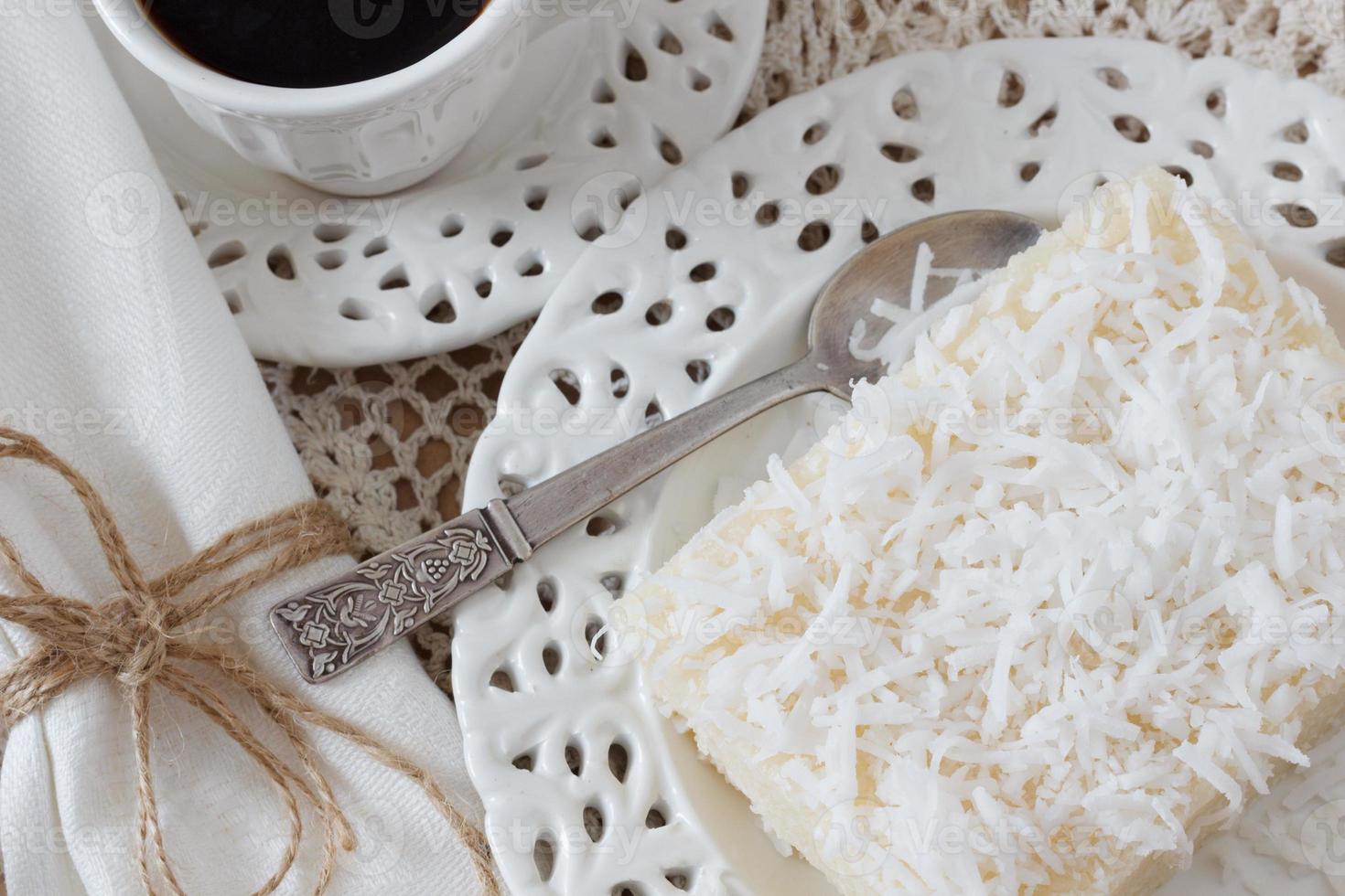 pouding au couscous (tapioca) (cuscuz doce) avec noix de coco et café photo