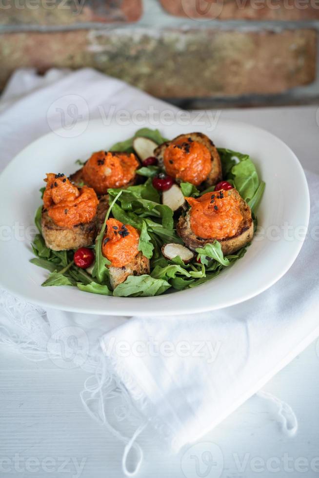 citrouille sur pain de grains entiers et salade de canneberges photo