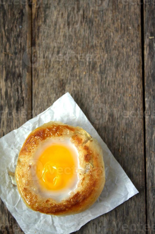 petit pain rond avec œuf à l'intérieur du petit pain photo