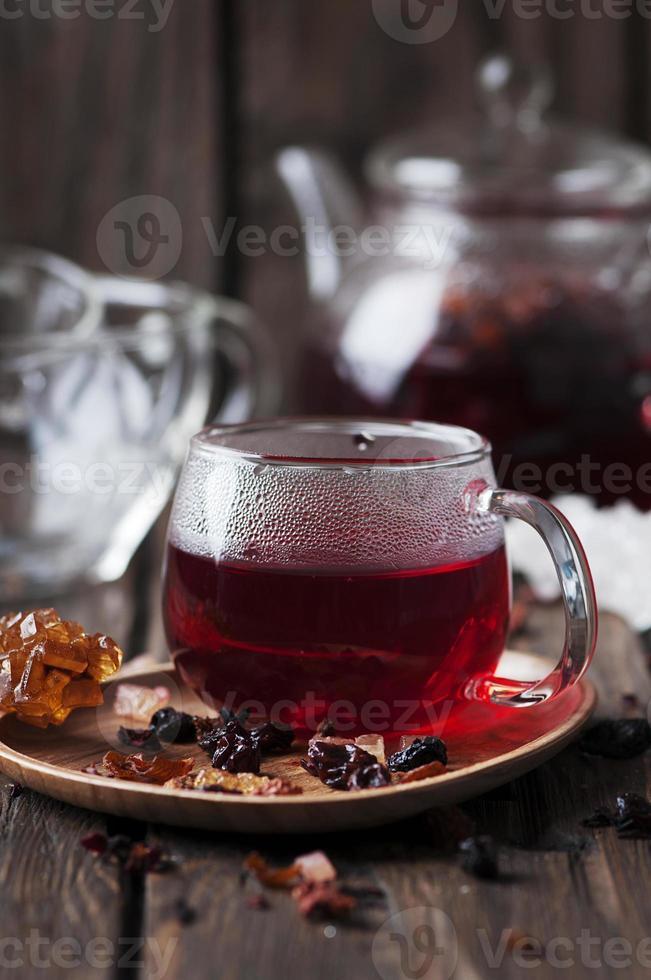thé chaud rouge sur la table en bois photo