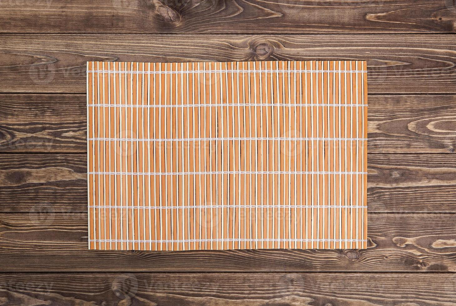 serviette en bambou sur table en bois. vue de dessus photo